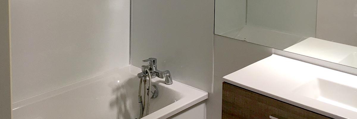 Agencement fonctionnel de salle de bain à La Rochelle